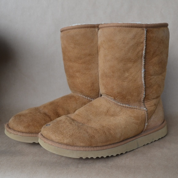bc21b3af274 Classic Short 5825 Boots in Chestnut by UGG Sz.8.